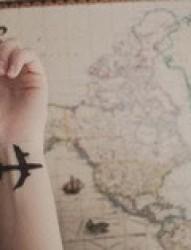 女孩手颈优雅飞机刺青图