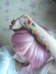 女孩手臂迷人花朵纹身图