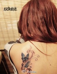 优雅女孩肩部梦幻蝴蝶纹身图