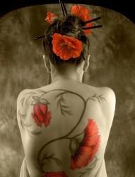 女士后背美女满背鲜红的花朵纹身图案