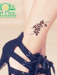 女子小腿上的枫叶图案