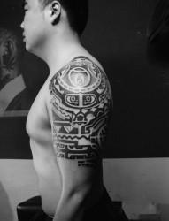 男人手臂黑白宗教图腾图案