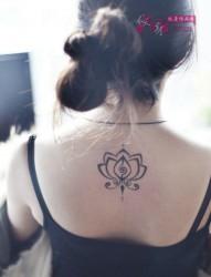 女生后背莲花图腾纹身图案