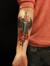 个性手臂剑刺玫瑰时尚纹身图案