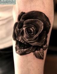 小臂上一张怪异的玫瑰花骷髅纹身作品