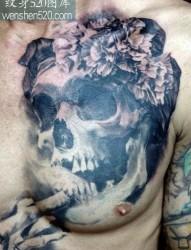胸口上一张个性骷髅纹身图案