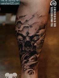 腿部时尚经典的一张黑灰骷髅纹身图案