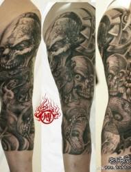 手臂时尚很酷的黑灰骷髅与蛇纹身图案