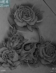 一张写实的素描骷髅与玫瑰纹身图案