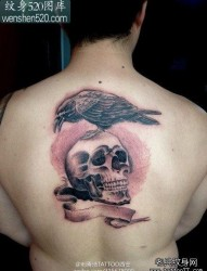男人后背经典流行的敢死队骷髅乌鸦纹身图案