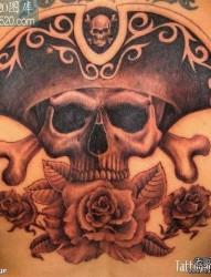 男人背部经典的海盗骷髅纹身图案