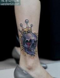 腿部好看的戴皇冠的骷髅纹身图案
