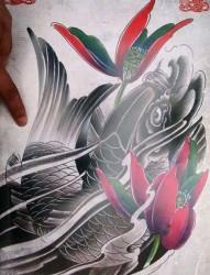 好看的一张黑灰鲤鱼纹身图片