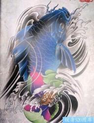 好看的蓝色鲤鱼与莲花纹身图片