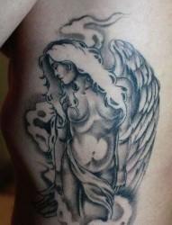 侧腰一张黑灰天使翅膀纹身图片