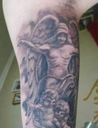 手臂流行的守护天使纹身图片