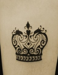 女孩腿部皇冠刺青