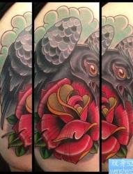 大臂上一张玫瑰花乌鸦纹身图案