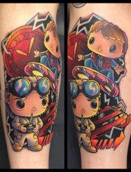 男人腿部的彩色卡通形象纹身