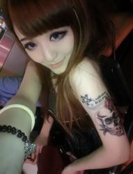 女性手臂骷髅玫瑰花彩色另类刺青