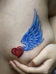 女性纹身图片:胸部彩色爱心翅膀纹身图案
