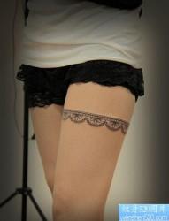 女人腿部简约精致的一张蕾丝纹身图片