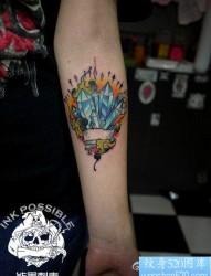 女人手臂前卫精美的宝石纹身图片