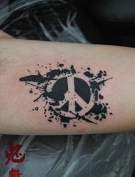 手臂一张前卫流行的反战符号纹身图片