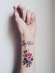 手腕非常漂亮的花朵英文纹身