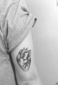 大臂心脏点刺写实纹身图案