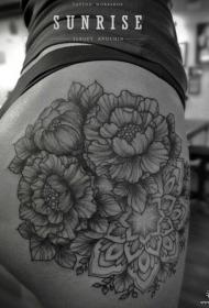 女性臀部梵花花蕊黑灰纹身图案