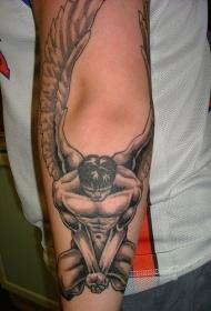 手臂上的裸体男天使纹身图案