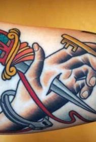 手臂old school彩色匕首刺穿手纹身图案