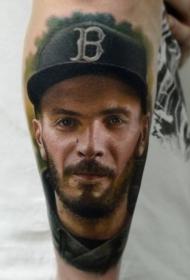 手臂非常写实的微笑男子肖像纹身图案