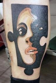 小腿彩色的拼图块与女人肖像纹身图案