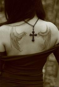 女孩背上的翅膀纹身图案