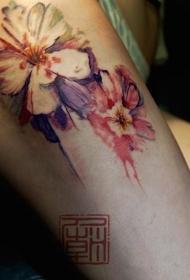 惊人的自然彩色3D花卉大腿纹身图案