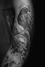 黑色写实的时钟与乌鸦手臂纹身图案