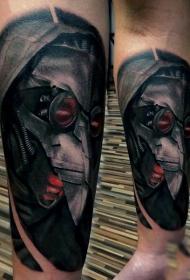 手臂令人印象深刻的写实彩色外星头盔纹身图案