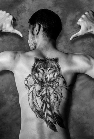 男性背部传统印第安捕梦网和狼头纹身图案