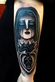 手臂黑白女人与圣心骷髅纹身图案