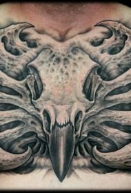 胸部彩色的鸟头骨与外星人骨头纹身图案