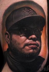 手臂非常逼真的彩色男明星肖像纹身图案