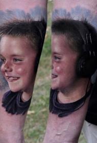 微笑男孩肖像写实彩色手臂纹身图案