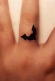 手指上的黑色小蝙蝠纹身图案