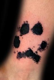 手腕黑色的动物爪印纹身图案