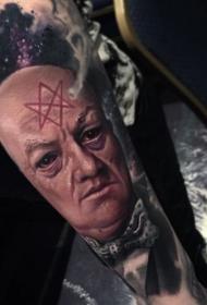 令人毛骨悚然的神秘男子与符号手臂纹身图案