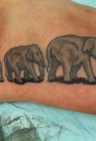 脚背美丽的动画大象家庭纹身图案
