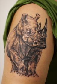 手臂犀牛站在草地上纹身图案