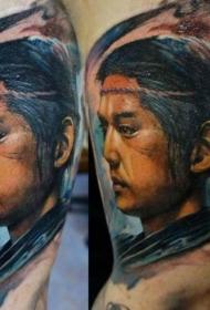 手臂彩色非常逼真的亚洲男子肖像纹身图案